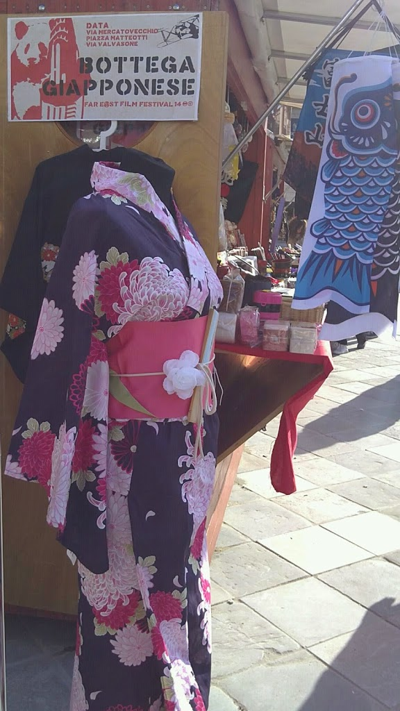 Yukata il kimono in cotone dai colori e fiori misti