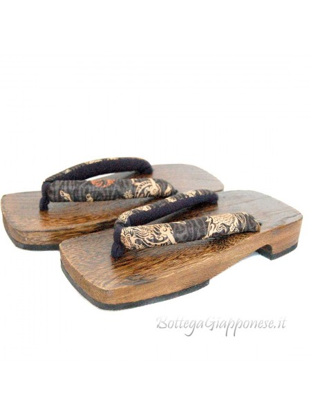 Geta sandali in legno dragone nell'aria