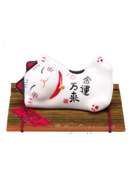 Maneki neko gatto porta fortuna su stuoia