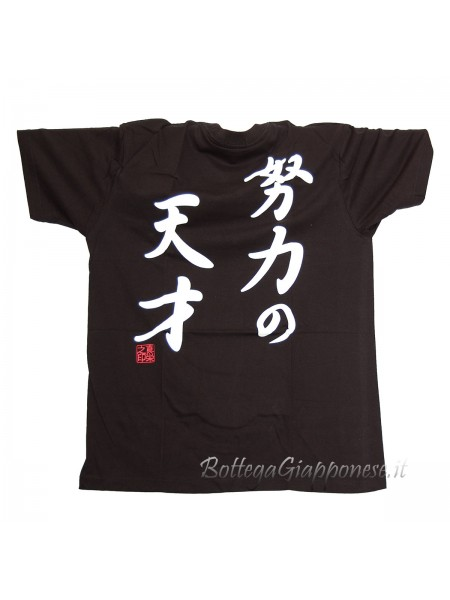 Tshirt nera con ideogrammi bianchi alle spalle